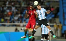 Sergio Oliveira (kiri) berebut bola di udara dengan Lisandro Magallan pada laga perdana Grup D Olimpiade 2016 di Olympic Stadium, Jumat (5/8/2016) dini hari WIB.