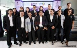 Para presenter dan komentator berfoto bersama disela-sela konferensi pers di MNC Financial Center, Kebon Sirih, Jakarta Pusat, Jumat (5/8/2016). MNC Media menjadi Official Broadcaster Premier League selama tiga musim dan akan disiarkan di RCTI, MNC TV, Indovision dan siarkan secara streaming di okezone.com.