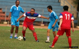 Pemain MNC Group (dua kiri) dikawal pemain PSSI All Star pada pertandingan persahabatan antara MNC Group lawan PSSI All Star di Stadion Soemantri Brodjonegoro, Jakarta, Jumat (5/8/2016). Dalam laga persahabatan ini, PSSI All Star berhasil memenangkan pertandingan denga skor 5-1 atas MNC Group.