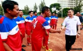 CEO MNC Group Hary Tanoeseodibjo (kemera putih) bersalaman dengan pemain MNC Group saat menghadiri pertandingan persahabatan antara MNC Group lawan PSSI All Star di Stadion Soemantri Brodjonegoro, Jakarta, Jumat (5/8/2016). Dalam laga persahabatan ini, PSSI All Star berhasil memenangkan pertandingan denga skor 5-1 atas MNC Group.