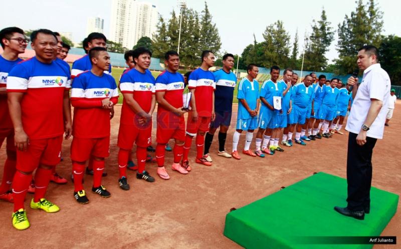 CEO MNC Group Hary Tanoesoedibjo memberikan kata sambutan sebelum laga persahabatan antara MNC Group lawan PSSI All Star di Stadion Soemantri Brodjonegoro, Jakarta, Jumat (5/8/2016). Dalam laga persahabatan ini, PSSI All Star berhasil memenangkan pertandingan denga skor 5-1 atas MNC Group.