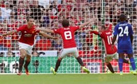 Zlatan Ibrahimovic (kiri) selebrasi usai mencetak gol ke gawang Leicester United pada laga Community Shield 2016.