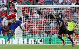 Zlatan Ibrahimovic (kiri) mencetak gol ke gawang Leicester United pada laga Community Shield 2016.