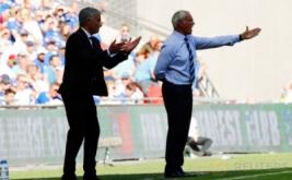 Pelatih Manchester United Jose Mourinho (kiri) dan pelatih Leicester City Claudio Ranieri memberikan arahan kepada anak-anak asuhnya pada laga Community Shield 2016.