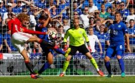 Marouane Fellaini (kiri) menendang bola ke arah gawang Leicester United pada laga Community Shield 2016.