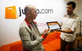 <p>  Chief Operating Officer (COO) Jualo.com Juao Pedro Principe (kanan) menjelaskan layanan Jualo Kasbon kepada pengunjung di Kantor Jualo.com, Jakarta, Senin (8/8/2016).</p>