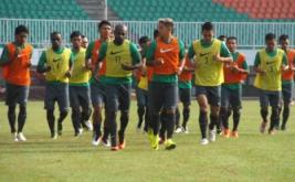 Sejumlah pemain Tim Nasional Indonesia Senior melakukan sesi latihan di Stadion Pakansari, Cibinong, Kabupaten Bogor, Jawa Barat, Selasa (9/8/2016). Latihan yang dipimpin pelatih Alfred Riedl tersebut diikuti 24 pemain dan sebagai persiapan Timnas senior menjelang Piala AFF 2016.