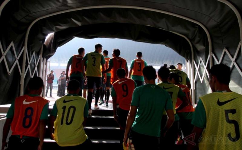 Sejumlah pemain Tim Nasional Indonesia Senior bersiap melakukan sesi latihan di Stadion Pakansari, Cibinong, Kabupaten Bogor, Jawa Barat, Selasa (9/8/2016). Latihan yang dipimpin pelatih Alfred Riedl tersebut diikuti 24 pemain dan sebagai persiapan Timnas senior menjelang Piala AFF 2016.