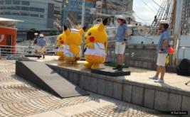<p>  Atraksi Pikachu dance menarik perhatian ribuan orang di depan kapal Nippon Maru di daerah Minato Mirai, Yokohama, Jepang, Sabtu (13/8/2016).</p>