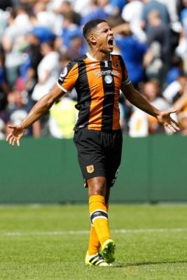 Pemain Hull City Curtis Davies merayakan kemenangan timnya usai laga pembuka Premier League yang mempertemukan Hull City dengan Leicester City.