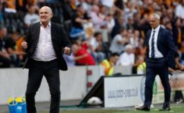 Pelatih Hull City Mike Phelan (kiri) merayakan gol yang dicetak anak-anak asuhnya, sementara pelatih Leicester City Claudio Ranieri terlihat kecewa.