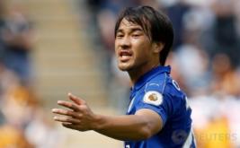 Pemain Leicester City Shinji Okazaki berbicara dengan rekannya saat laga pembuka Premier League kontra Hull City.