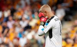 Kiper Leicester City Kasper Schmeichel kecewa karena gawangnya kebobolan dua kali dari Hull City.