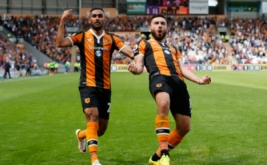 Robert Snodgrass selebrasi usai mencetak gol ke gawang Leicester City pada laga pembuka Premier League musim 2016-2017 di Stadion Kingston Communications, Sabtu (13/8/2016).