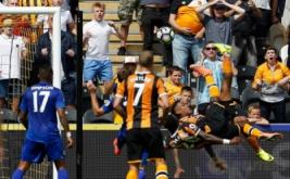 Dua pemain Hull City Adama dan Abel Hernandez melakukan tendangan salto ke gawang Leicester City. Namun, wasit menunjuk Adama-lah yang mencetak gol usai memanfaatkan bola dari Hernandez.
