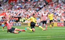 Etienne Capoue (tengah) mencetak gol ke gawang Southampton pada menit sembila dalam pertandingan Premier League musim 2016-2017, Sabtu (13/8/2016) malam WIB.