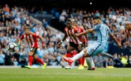 Sergio Aguero mencetak gol ke gawang Sunderland dari tendangan penalti pada pertandingan Premier League musim 2016-2017 di Etihad Stadium, Sabtu (13/8/2016) malam WIB.