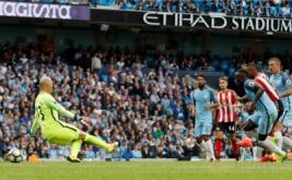 Jermain Defoe (dua kanan) mencetak gol ke gawang Manchester City pada pertandingan Premier League musim 2016-2017 di Etihad Stadium, Sabtu (13/8/2016) malam WIB.