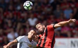 Zlatan Ibrahimovic (kiri) berebut bola dengan Steve Cook.