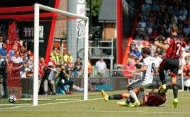 Juan Mata mencetak gol ke gawang AFC Bournemouth, Minggu (14/8/2016).