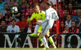 Wayne Rooney mencetak gol ke gawang AFC Bournemouth, Minggu (14/8/2016).