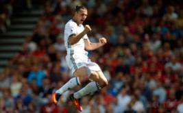 Zlatan Ibrahimovic selebrasi mencetak gol ke gawang AFC Bournemouth, Minggu (14/8/2016).