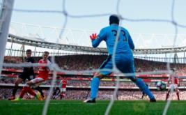 Philippe Coutinho (kiri) mencetak gol ke gawang Arsenal yang dikawal Peter Cech.