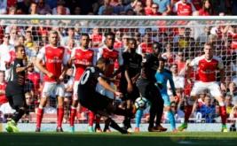 Philippe Coutinho mencetak gol ke gawang Arsenal lewat tendangan bebas.