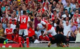 Calum Chambers selebrasi usai mencetak gol ke gawang Liverpool.
