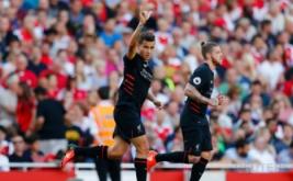 Philippe Coutinho (kiri) selebrasi usai mencetak gol ke gawang Arsenal yang dikawal Peter Cech.