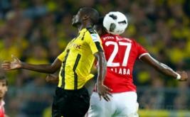 David Alaba (kanan) saat berebut bola di udara dengan Adrian Ramos.