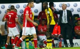 Pelatih Bayern Munich Carlo Ancelotti memberikan arahan kepada anak-anak asuhnya.
