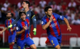 Luis Suarez (kanan) selebrasi usai mencetak gol ke gawang Sevilla pada laga pertama Supercopa de Espana di Estadio Ramon Sanchez Pizjuan, Senin (15/8/2016) dini hari WIB.