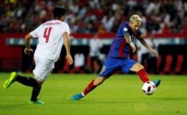 Lionel Messi (kanan) mengontrol bola saat dikawal Matias Kranevitter.