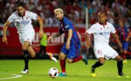 Lionel Messi (tengah) dikawal dua pemain Sevilla, Adil Rami (kiri) dan Mariano Ferreira.