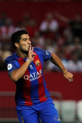 Luis Suarez selebrasi usai mencetak gol ke gawang Sevilla pada laga pertama Supercopa de Espana di Estadio Ramon Sanchez Pizjuan, Senin (15/8/2016) dini hari WIB.