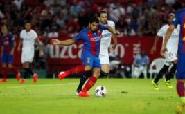Luis Suarez mencetak gol ke gawang Sevilla pada laga pertama Supercopa de Espana di Estadio Ramon Sanchez Pizjuan, Senin (15/8/2016) dini hari WIB.