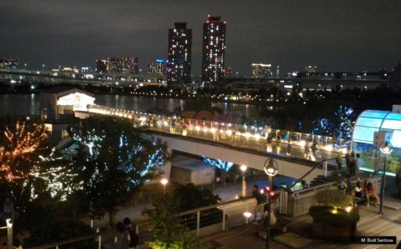 Keindahan Malam di Decks Tokyo Beach