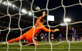 Eden Hazard mencetak gol ke gawang West Ham United dari tendangan penalti.