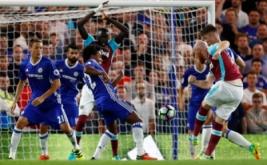 James Collins (kanan) mencetak gol ke gawang Chelsea.
