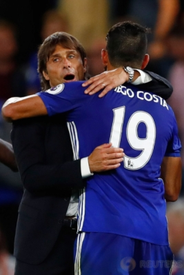 Antonio Conte (kiri) memeluk Diego Costa usai pertandingan. Gol Diego Costa menjadi penentu kemenangan Chelsea atas West Ham United.