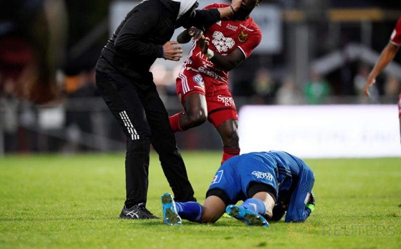 Seorang pria tidak dikenal masuk ke lapangan dan menyerang kiper Ostersunds, Aly Keita, saat laga Ostersunds kontra Jonkoping Sodra, di Jonkoping, Swedia, Senin (15/8/2016).