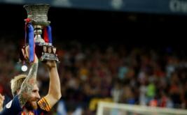 Lionel Messi megangkat trofi Supercopa de Espana 2016. Barcelona keluar sebagai kampiun Supercopa de Espana 2016 usai mengalahkan Sevilla 3-0 (agregat 5-0) pada leg kedua di Camp Nou, Kamis (18/8/2016) dini hari WIB.