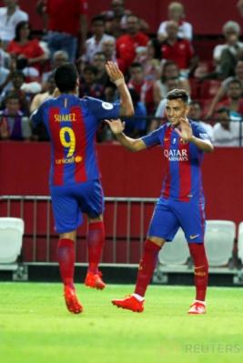 Munir (kanan) selebrasi dengan Luis Suarez. Barcelona keluar sebagai kampiun Supercopa de Espana 2016 usai mengalahkan Sevilla 3-0 (agregat 5-0) pada leg kedua di Camp Nou, Kamis (18/8/2016) dini hari WIB.