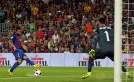 Arda Turan mencetak gol ke gawang Sevilla yang dikawal Sergio Rico. Barcelona keluar sebagai kampiun Supercopa de Espana 2016 usai mengalahkan Sevilla 3-0 (agregat 5-0) pada leg kedua di Camp Nou, Kamis (18/8/2016) dini hari WIB.