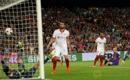 Lionel Messi mencetak gol ke gawang Sevilla yang dikawal Sergio Rico. Barcelona keluar sebagai kampiun Supercopa de Espana 2016 usai mengalahkan Sevilla 3-0 (agregat 5-0) pada leg kedua di Camp Nou, Kamis (18/8/2016) dini hari WIB.