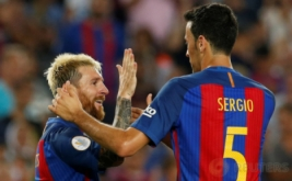Lionel Messi selebrasi bersama Sergio Busquets. Sevilla yang dikawal Sergio Rico. Barcelona keluar sebagai kampiun Supercopa de Espana 2016 usai mengalahkan Sevilla 3-0 (agregat 5-0) pada leg kedua di Camp Nou, Kamis (18/8/2016) dini hari WIB.