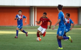 Pemain timnas U-19 Muhammad Dimas Drajad (tengah) mencoba melewati pemain Filipina U-19 saat pertandingan persahabatan di Stadion Maguwoharjo, Sleman, DI Yogyakarta, Jumat (19/8/2016). Dalam laga persahabatan tersebut, timnas U-19 menang 3-1 atas Filipina.
