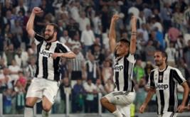 Penyerang Juventus Gonzalo Higuain (kiri) melakukan selebrasi usai mencetak gol dalam laga perdana di J-Stadium, Italia, Minggu (21/8/2016). Juventus berhasil mengalahkan Fiorentina 2-1.