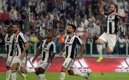 Penyerang Juventus Gonzalo Higuain (kanan) melakukan selebrasi usai mencetak gol dalam laga perdana di J-Stadium, Italia, Minggu (21/8/2016). Juventus berhasil mengalahkan Fiorentina 2-1.